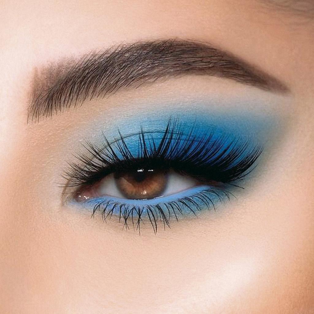 Легкий макияж синими тенями