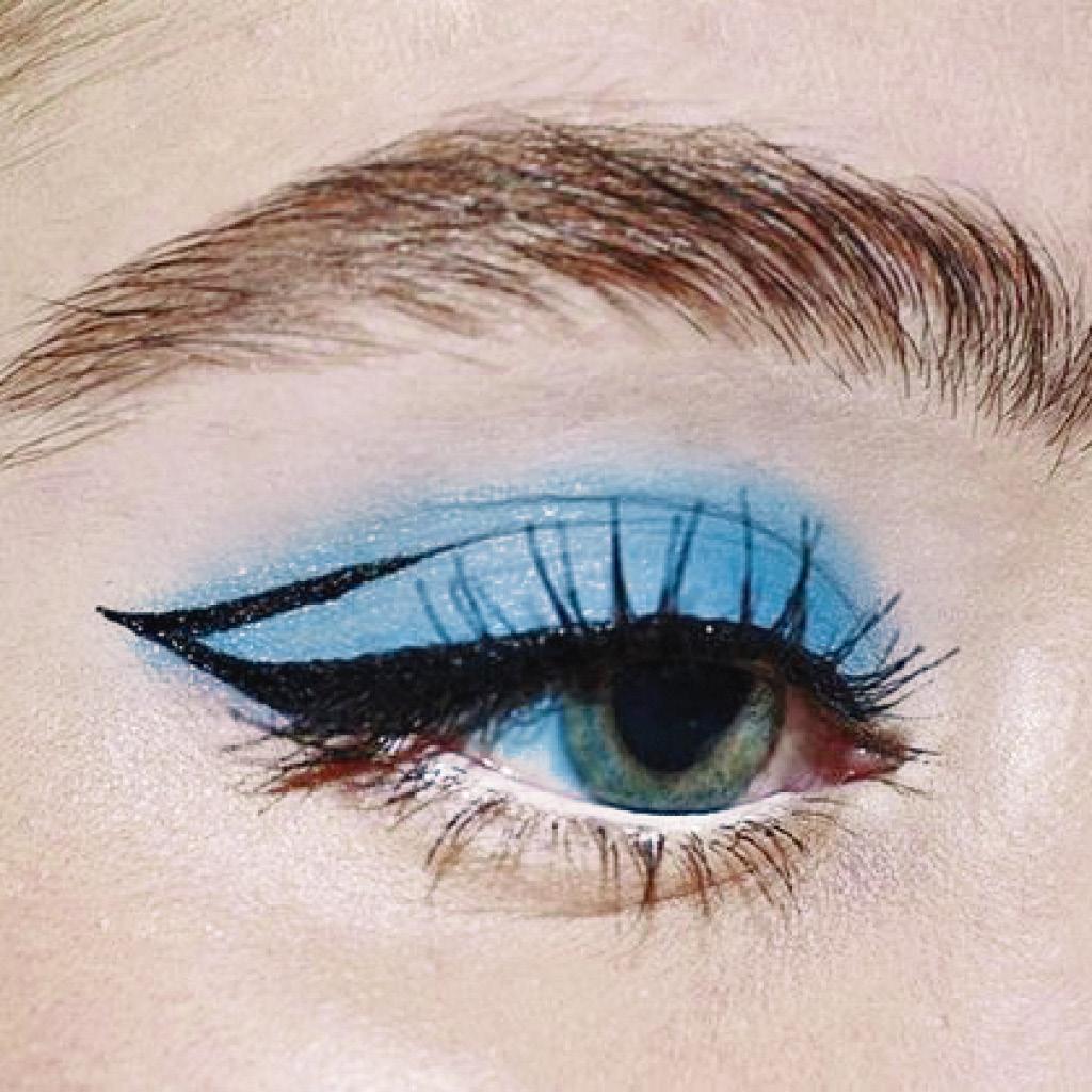 Легкий макияж синими тенями голубых глаз