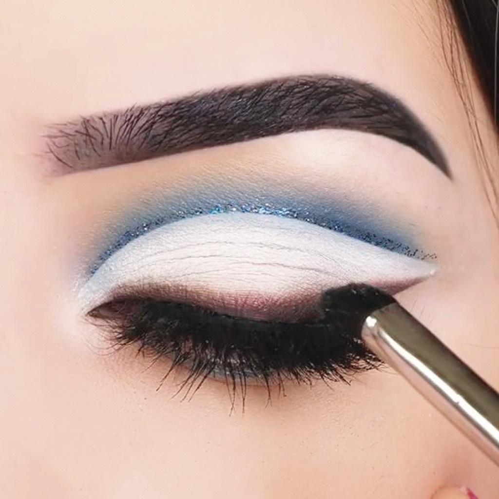 Нестандартный макияж синими тенями для голубых глаз