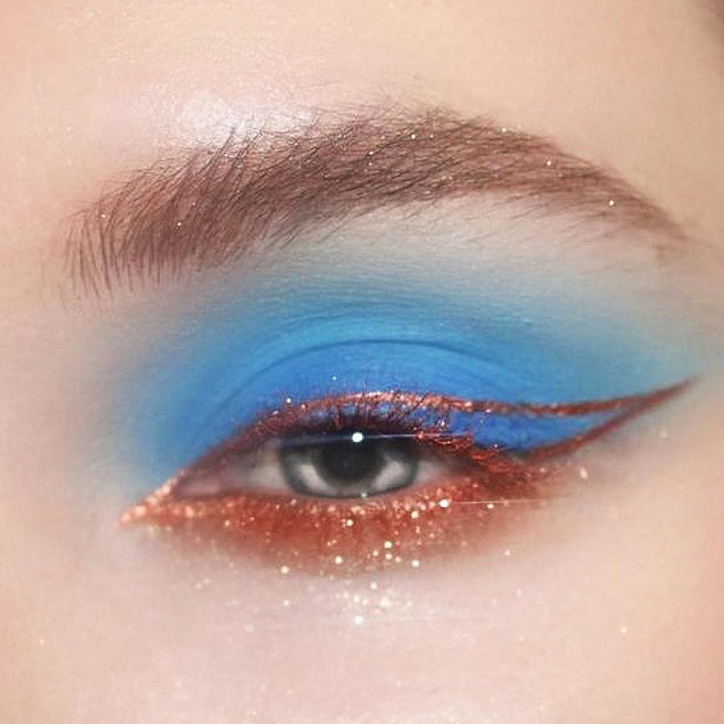 Нестандартный макияж синими тенями для голубых глаз 2