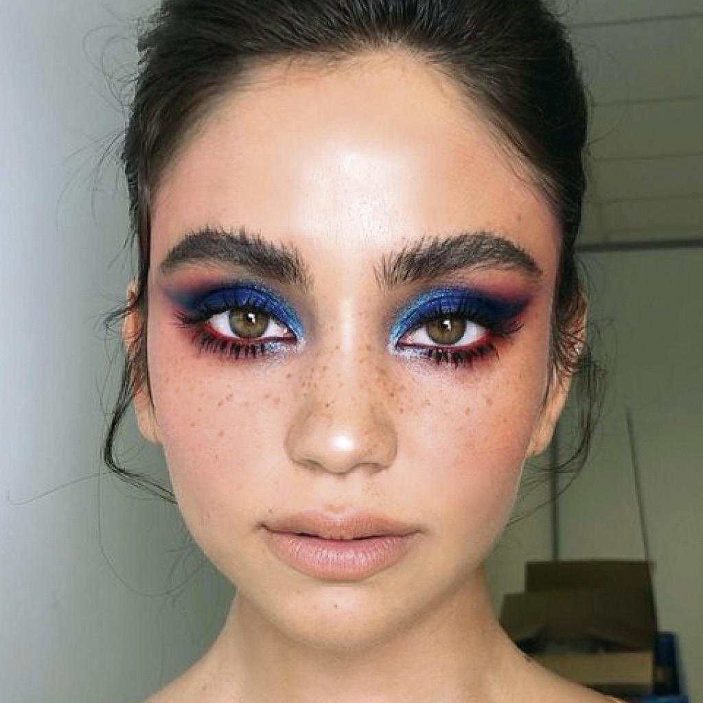 Нестандартный макияж синими тенями для зеленых глаз