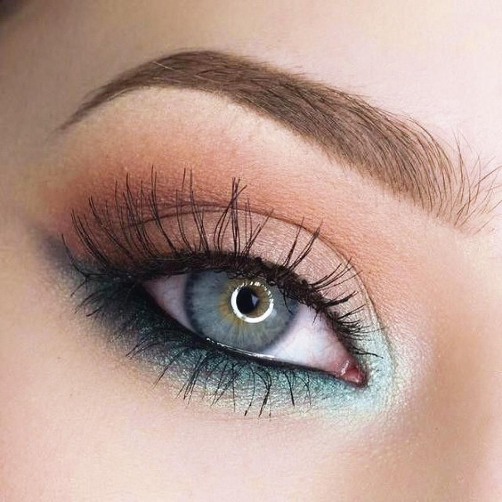 Разбавь классический макияж глаз матовым голубым оттенком во внутреннем уголке