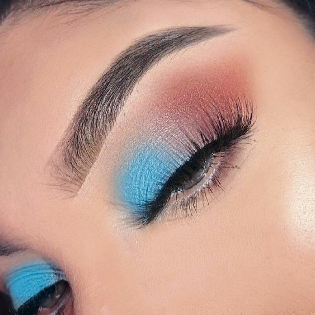 Разбавь классический макияж глаз матовым голубым оттенком во внутреннем уголке 2