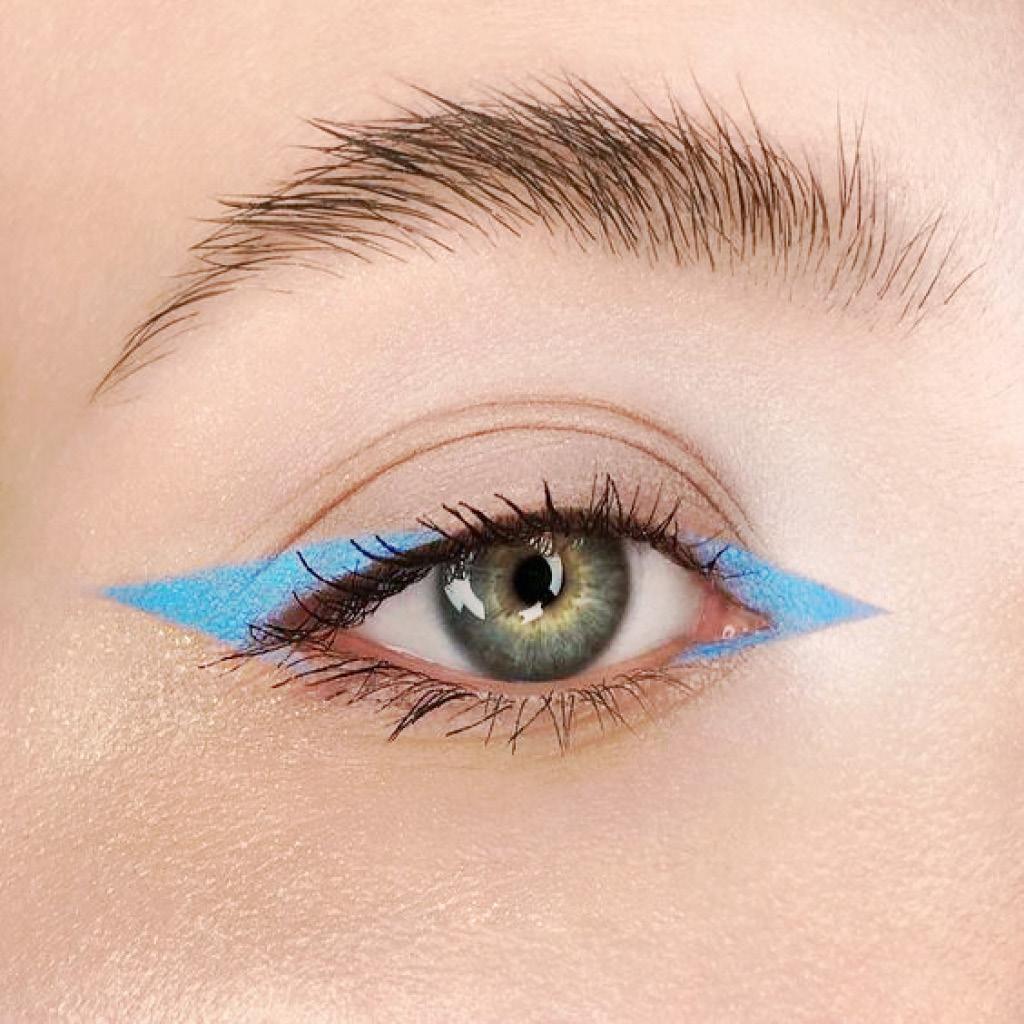 широкие стрелки ярко-синим карандашом для глаз