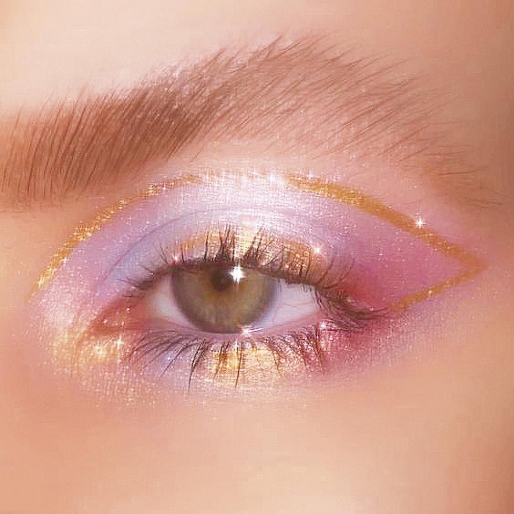 Выдели внешний уголок глаза синими тенями на самом веке нарисуй графичную стрелку золотым лайнером