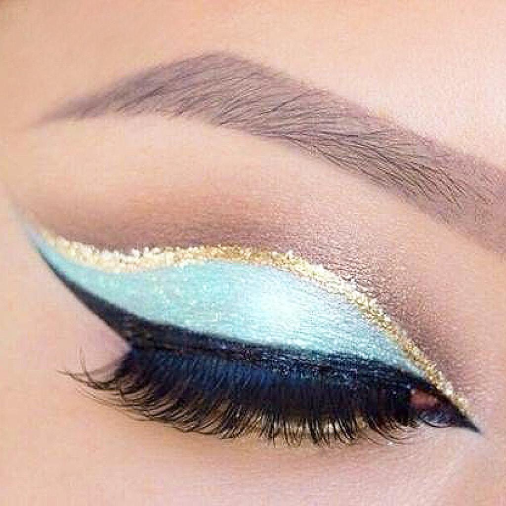 Выдели внешний уголок глаза синими тенями на самом веке нарисуй графичную стрелку золотым лайнером 2