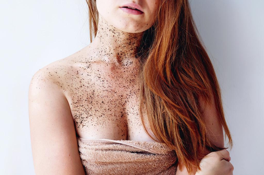 Этапы ухода за кожей декольте: Отшелушивание