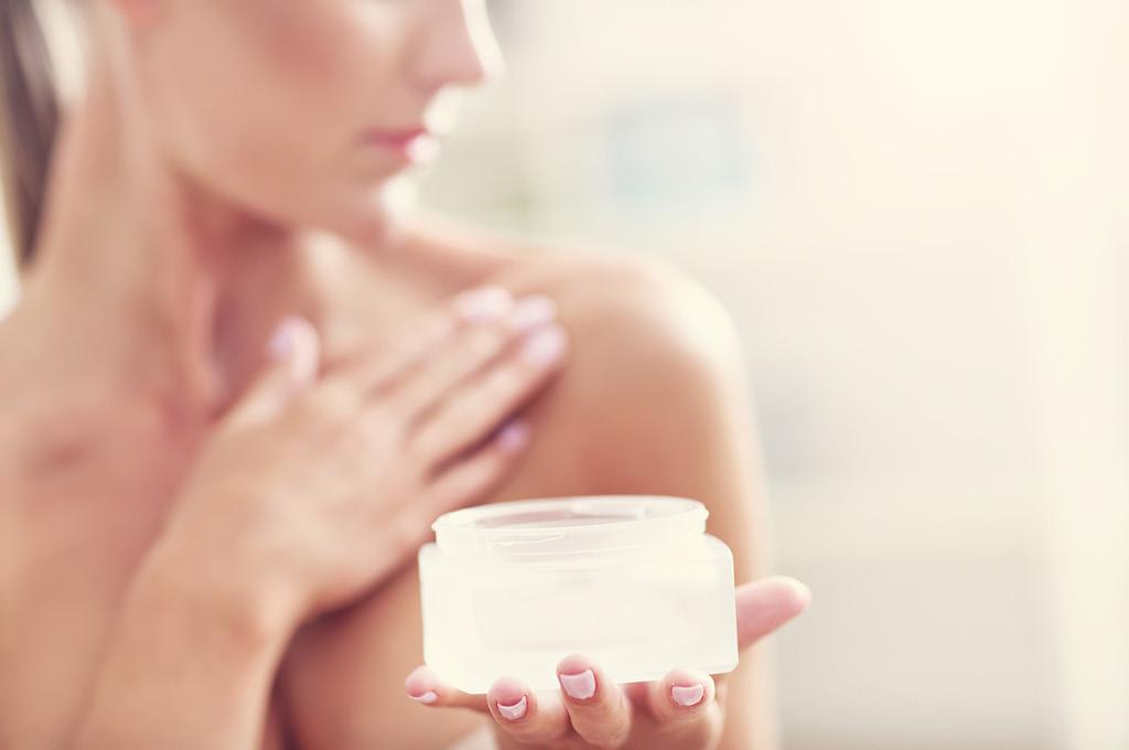 Этапы ухода за кожей декольте: Увлажнение и омоложение
