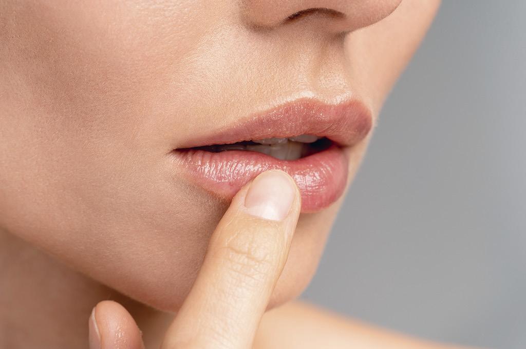 Как подготовить кожу перед макияжем: Уход за губами